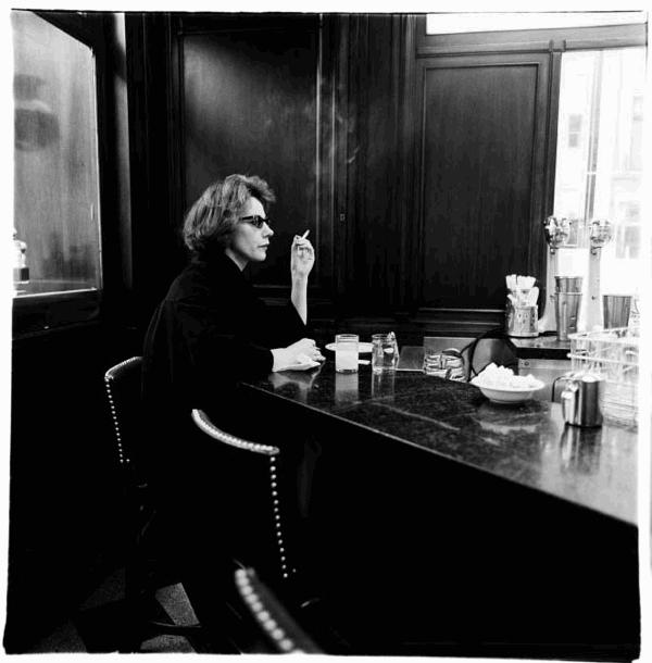 Diane Arbus Femme fumant à un comptoir, New York, 1962