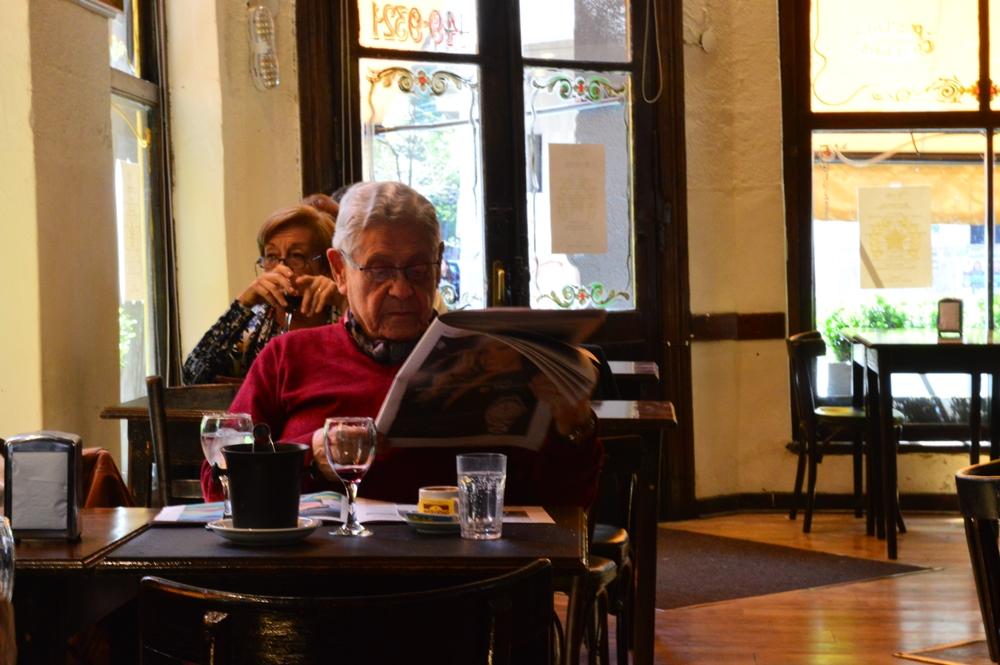 edit hombre leyendo enfocada
